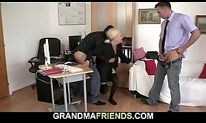 Two guys seduce comme ci mature woman